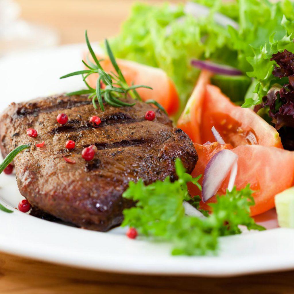 Βουβαλίσιο κρέας στη γάστρα με λαχανικά